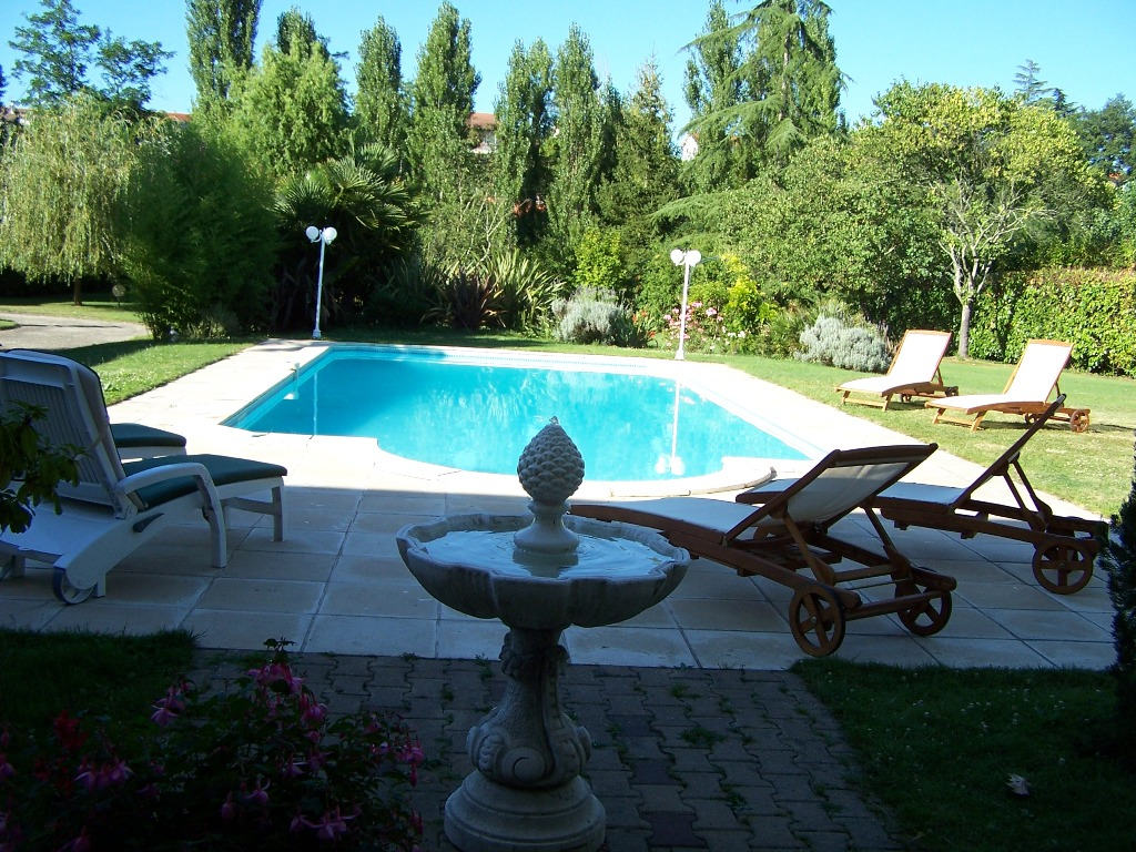 A magnificent villa with separate house a swimming pool for Swimming pool close to house